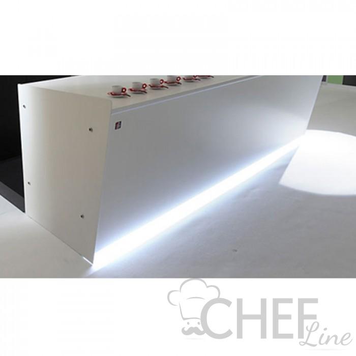 Illuminazione LED Tra Zoccolo E Pannello Fronte